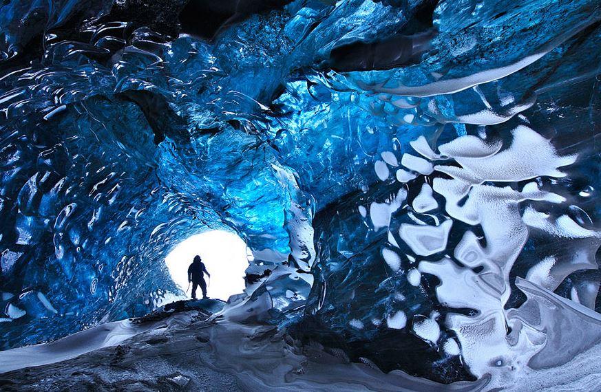 Ледниковата пещера край вулкана Мутонвски